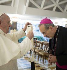 Papa Francesco: impone il Pallio a mons. Pizzaballa